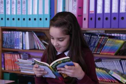 eleve lisant en classe.JPG